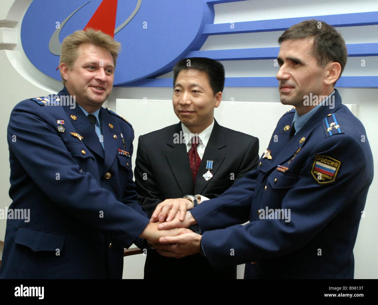 Russian cosmonauts Yury Malenchenko right and Yury Onufriyenko left meeting China s first astronaut Yang Liwei centre - Stock Image