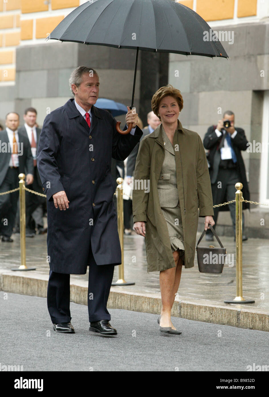 A walk in the rain US President George W Bush and Laura his wife going to Red Square - Stock Image