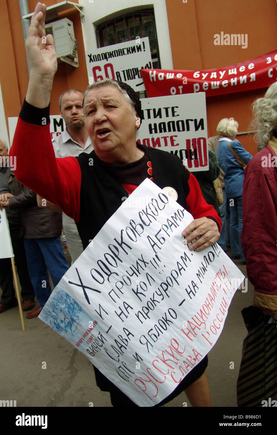 Picketers protesting near the Meshchansky district court during the announcement of the verdict to Mikhail Khodorkovsky Stock Photo