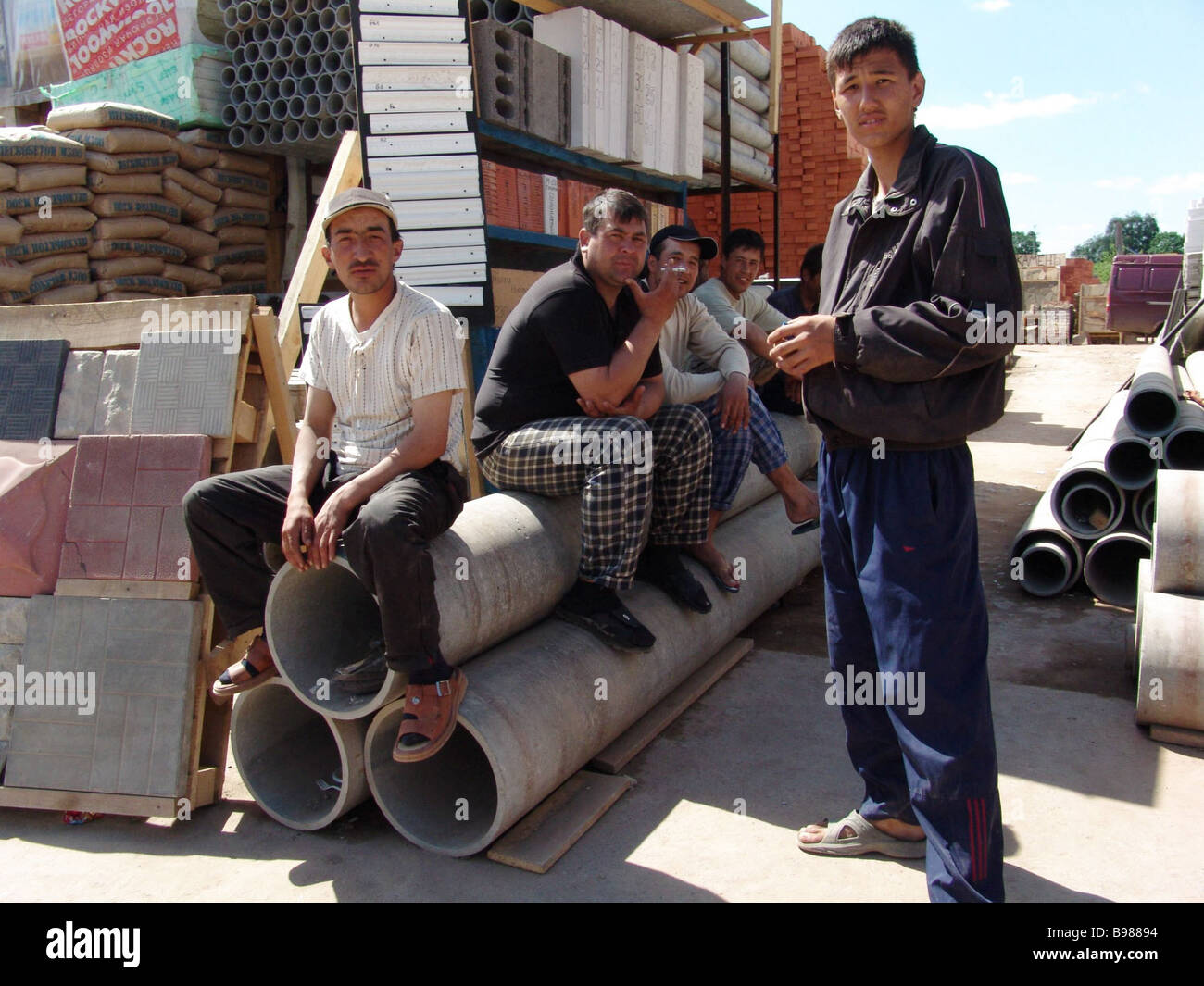 Immigrant workers on the Strogino construction market - Stock Image