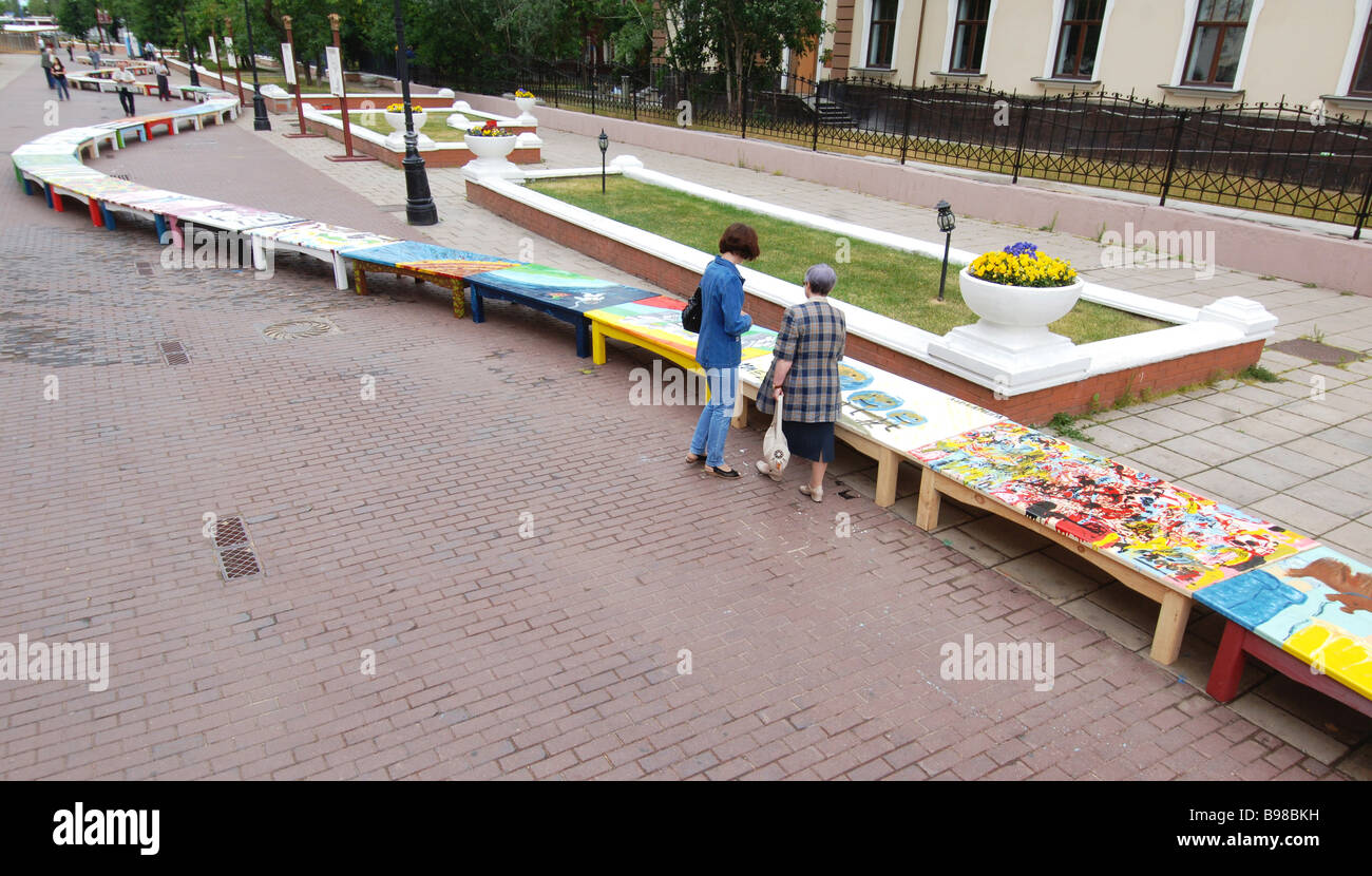1500 people can sit on a 302m bench in Lavrushensky Lane near the State Tretyakov Gallery The bench was painted - Stock Image