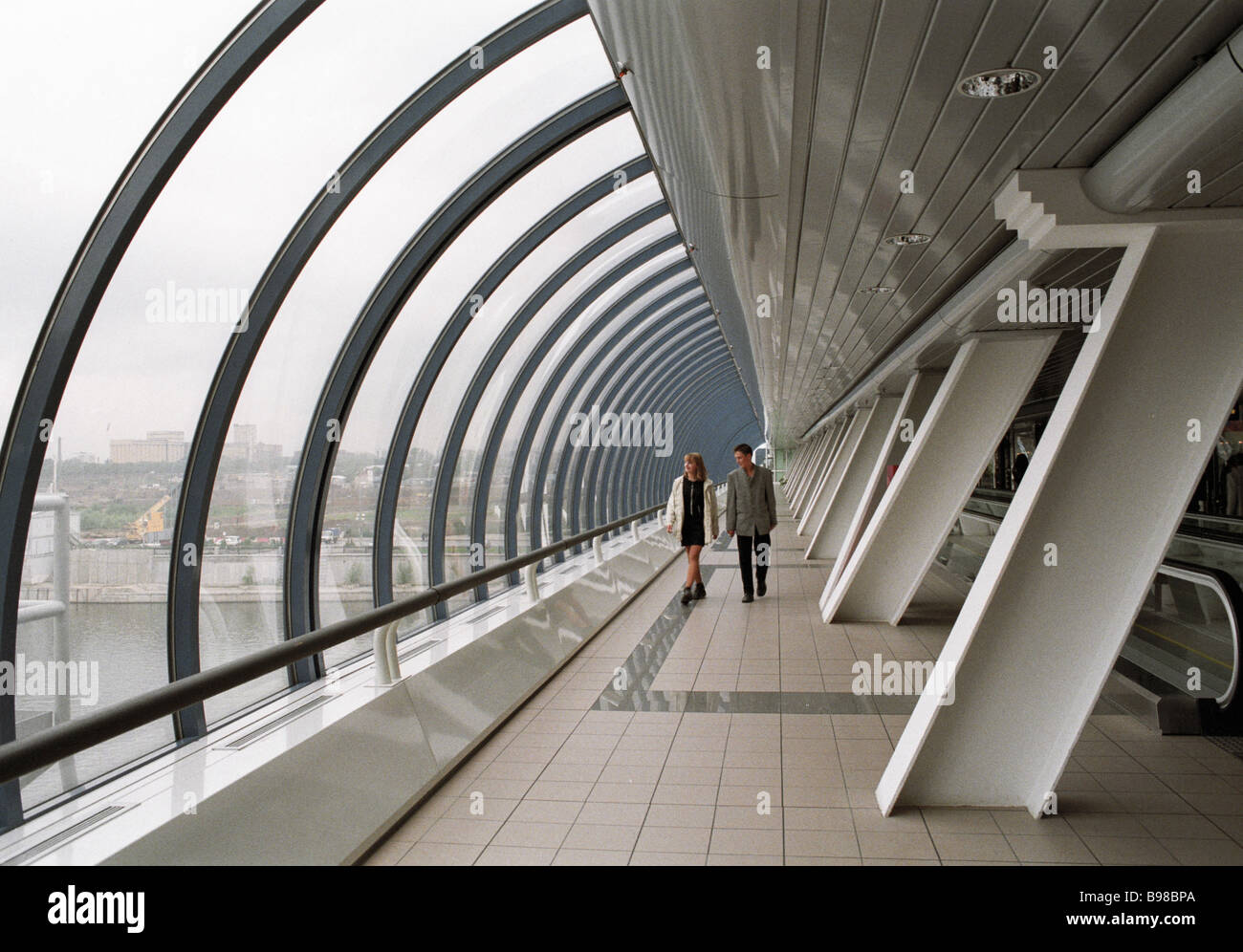 Bagration pedestrian bridge and shopping mall links Kutuzov Avenue and Krasnopresnenskaya Embankment - Stock Image
