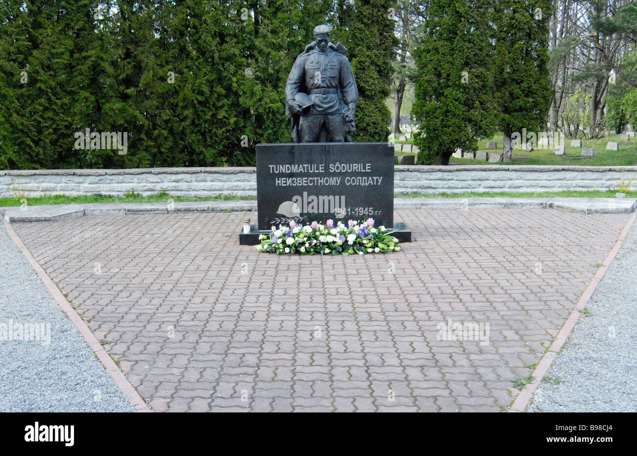 The Bronze Soldier statue is removed from Tonismagi Hill to a military cemetery in Tallinn - Stock Image