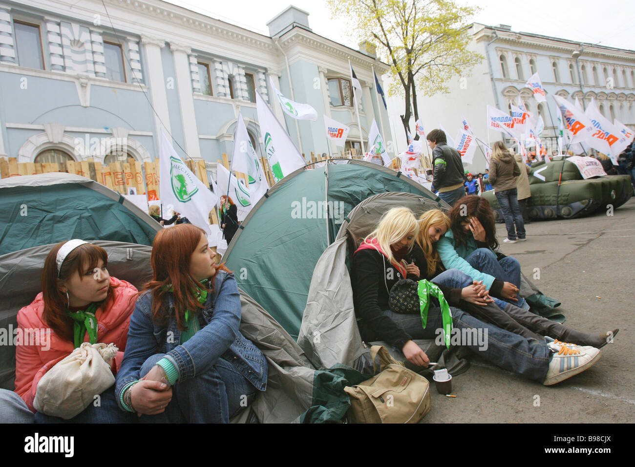 Members of youth groups near the Estonian Embassy in Moscow - Stock Image