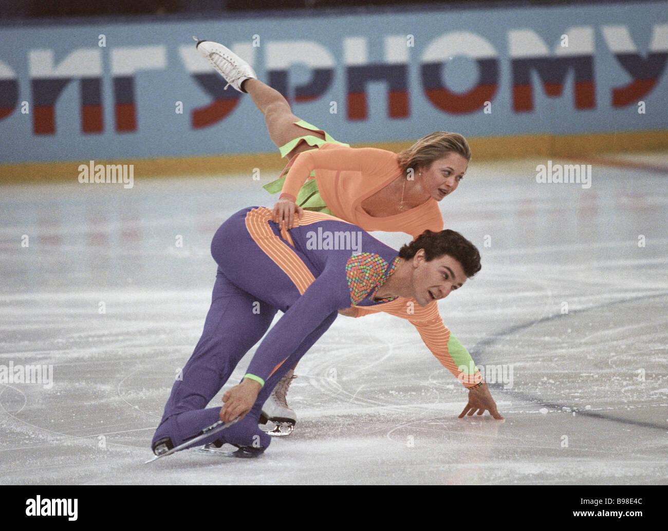 figure-skaters-elena-berezhnaya-in-overhead-bird-and-anton-sikharulidze-B98E4C.jpg (1300×1034)