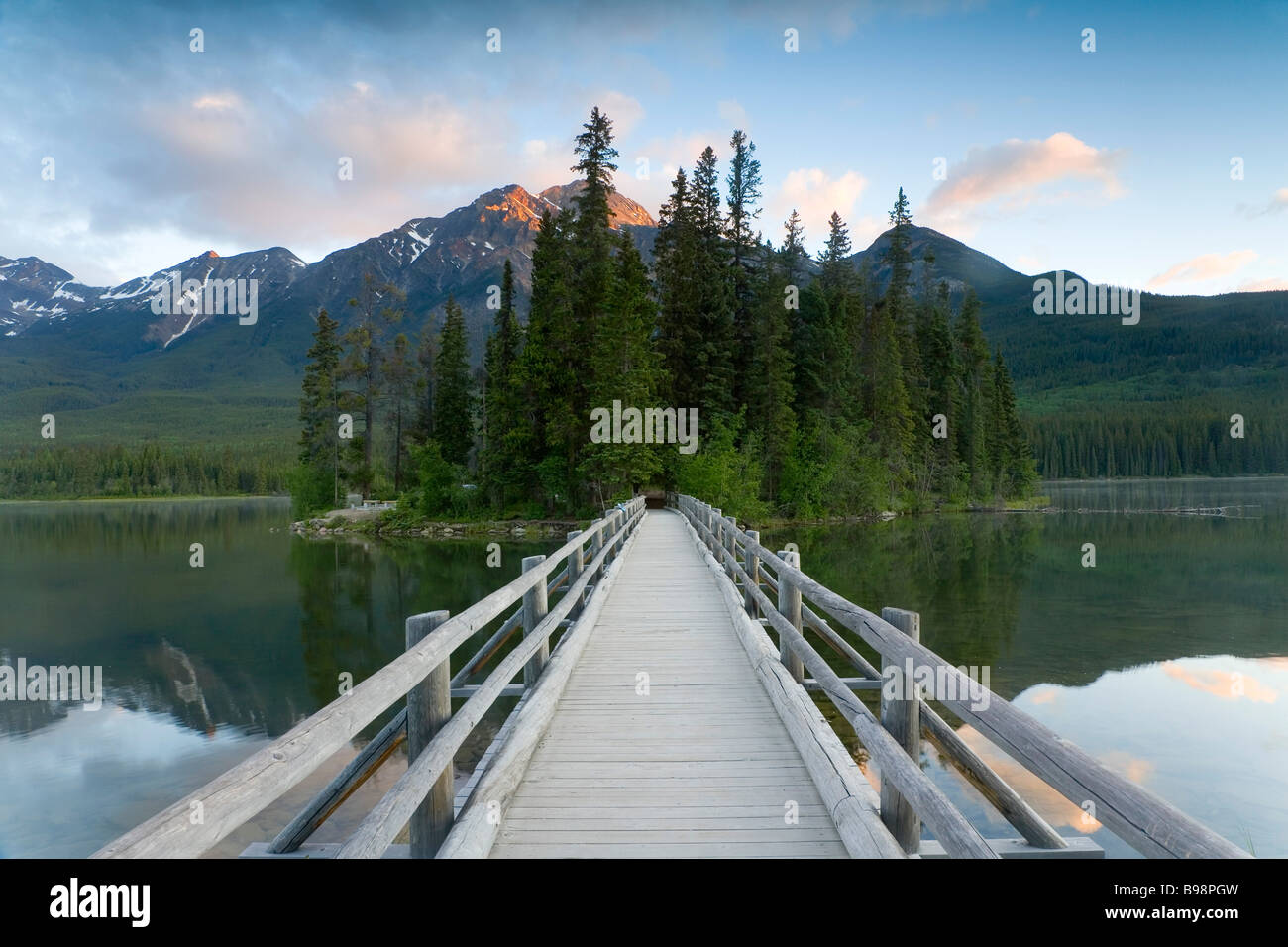 bridge Pyramid Lake, nr Jasper. Jasper National park, Alberta, Canada - Stock Image