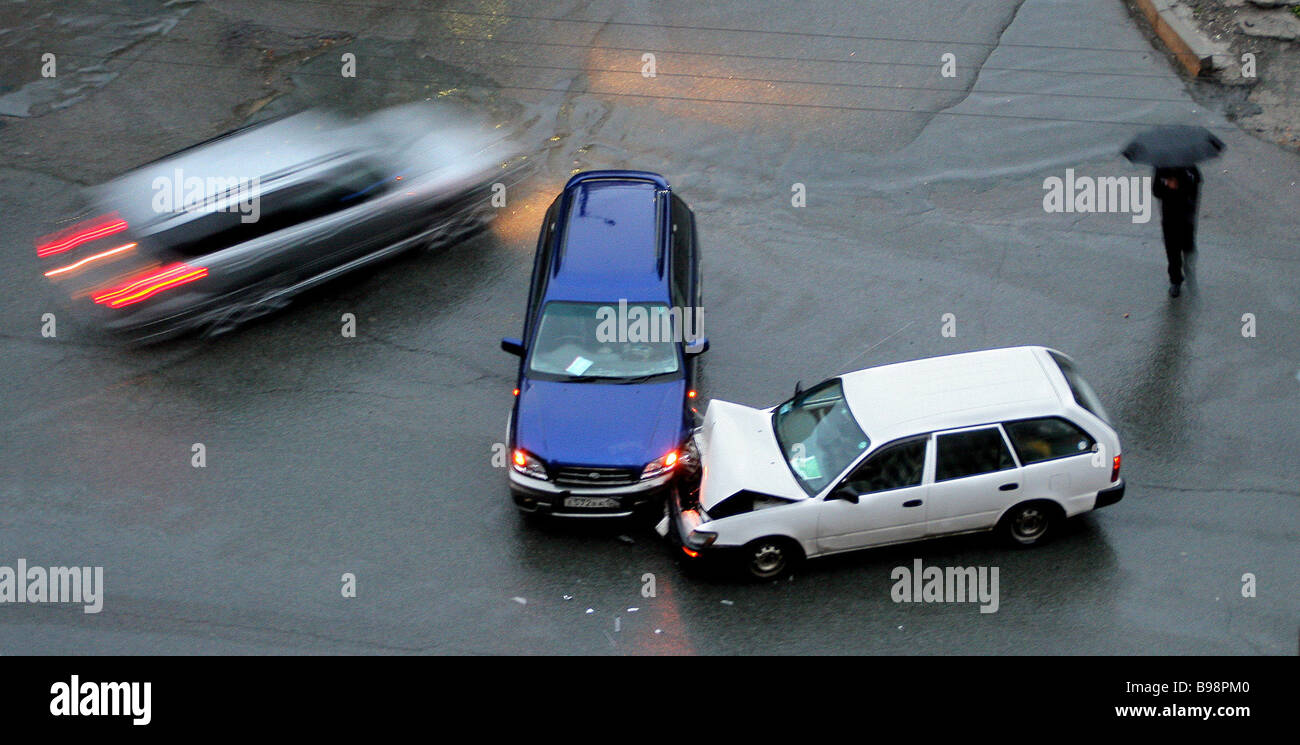 Rainfall and lack of traffic lights at the cross roads caused accident - Stock Image
