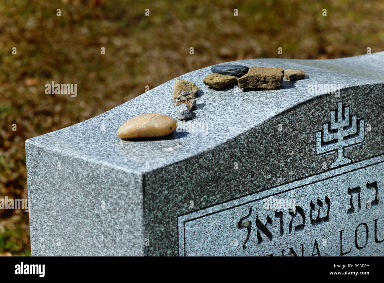 Visitation stones on Jewish grave, West View Cemetery, Pittsburgh, Pennsylvania. - Stock Image