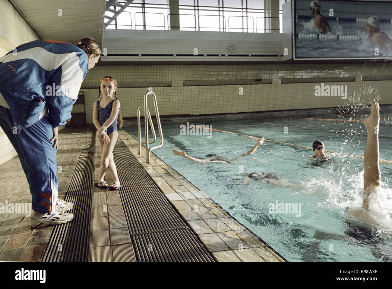 Synchronized swimming school training session The trainer left - Stock Image