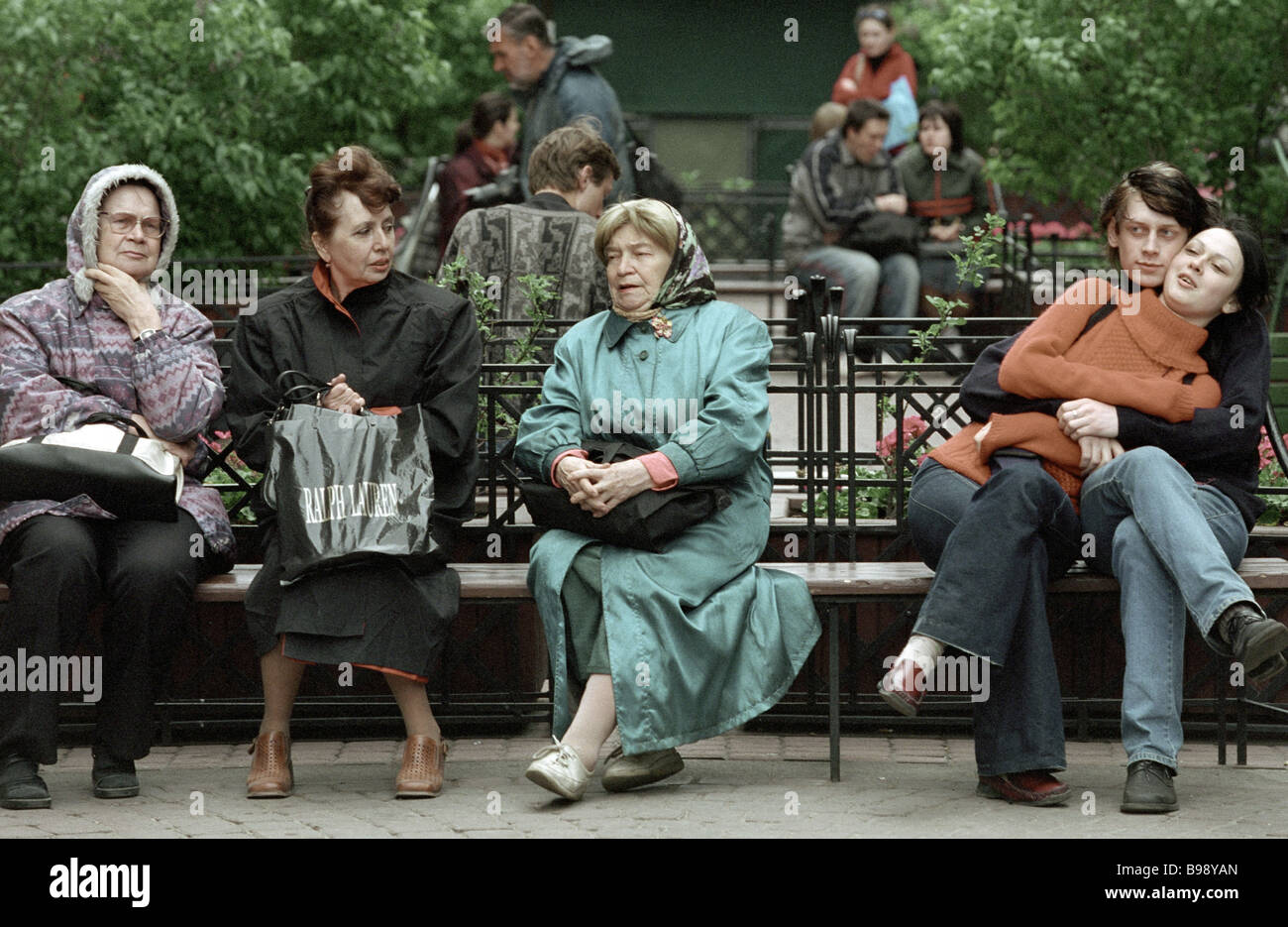 St Petersburg residents and guests relaxing in the Summer Garden - Stock Image