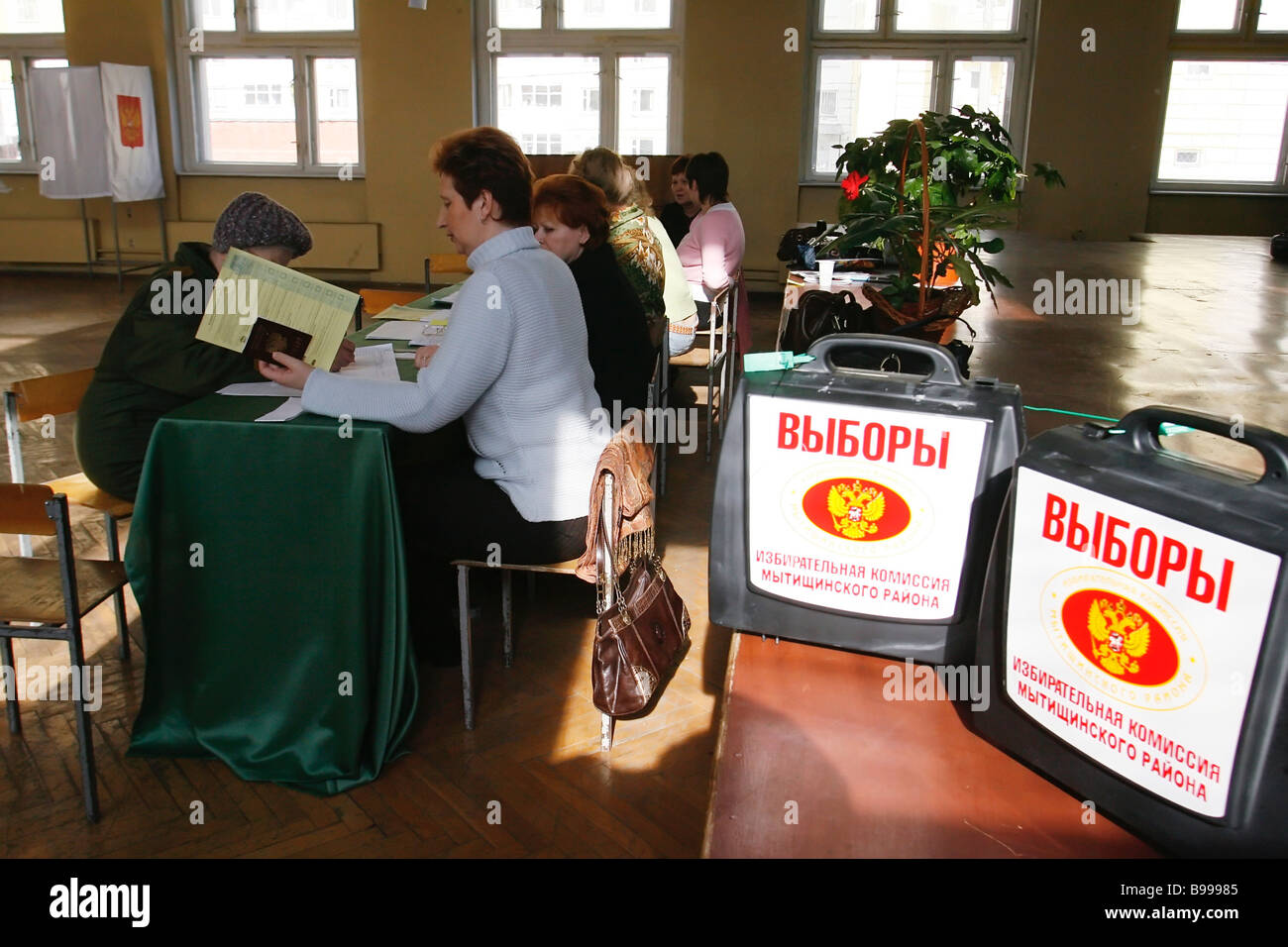 Election commission routine at the Mytishchi district polling station - Stock Image