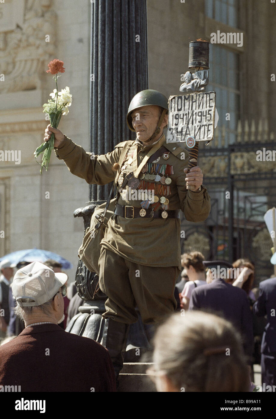 Second world war veteran with flowers on V Day - Stock Image