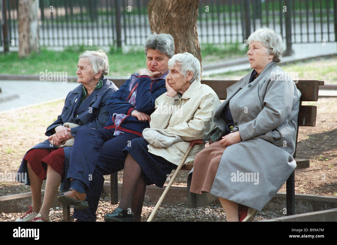 Elderly Moscow ladies sitting on a bench - Stock Image