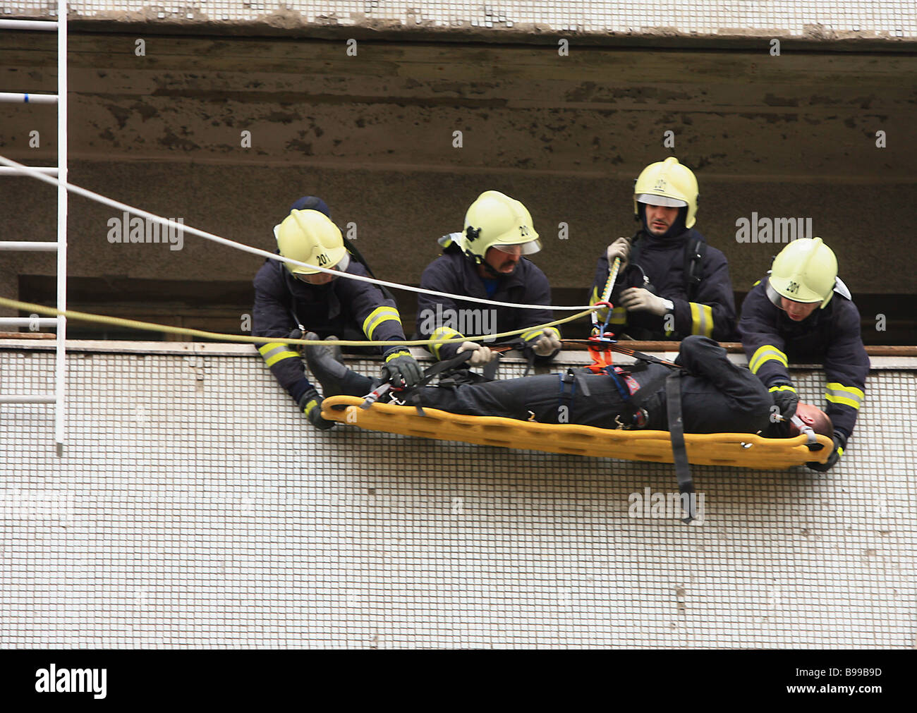 Evacuating casualties from Moscow s hospital 7 during demonstration fire drills held by the Moscow department of - Stock Image