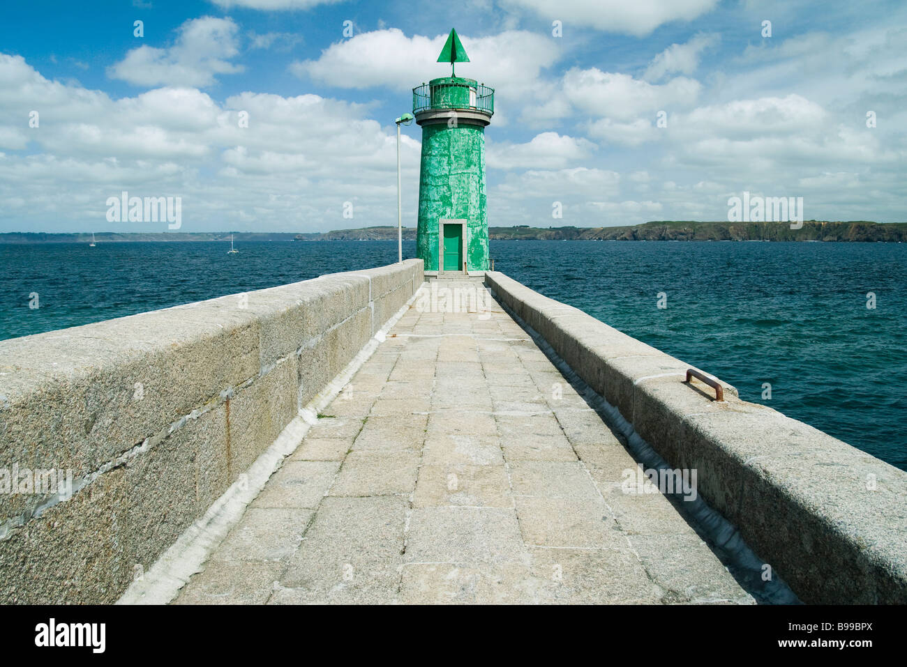 Lighthouse at end of sea wall, Camaret-sur-Mer, Brittany, France - Stock Image
