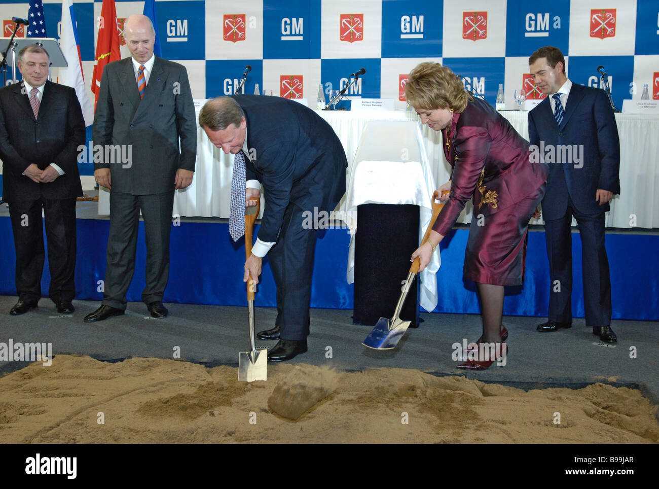 General Motors Chairman and CEO Rick Wagoner and St Petersburg Governor Valentina Matviyenko laying the foundation - Stock Image