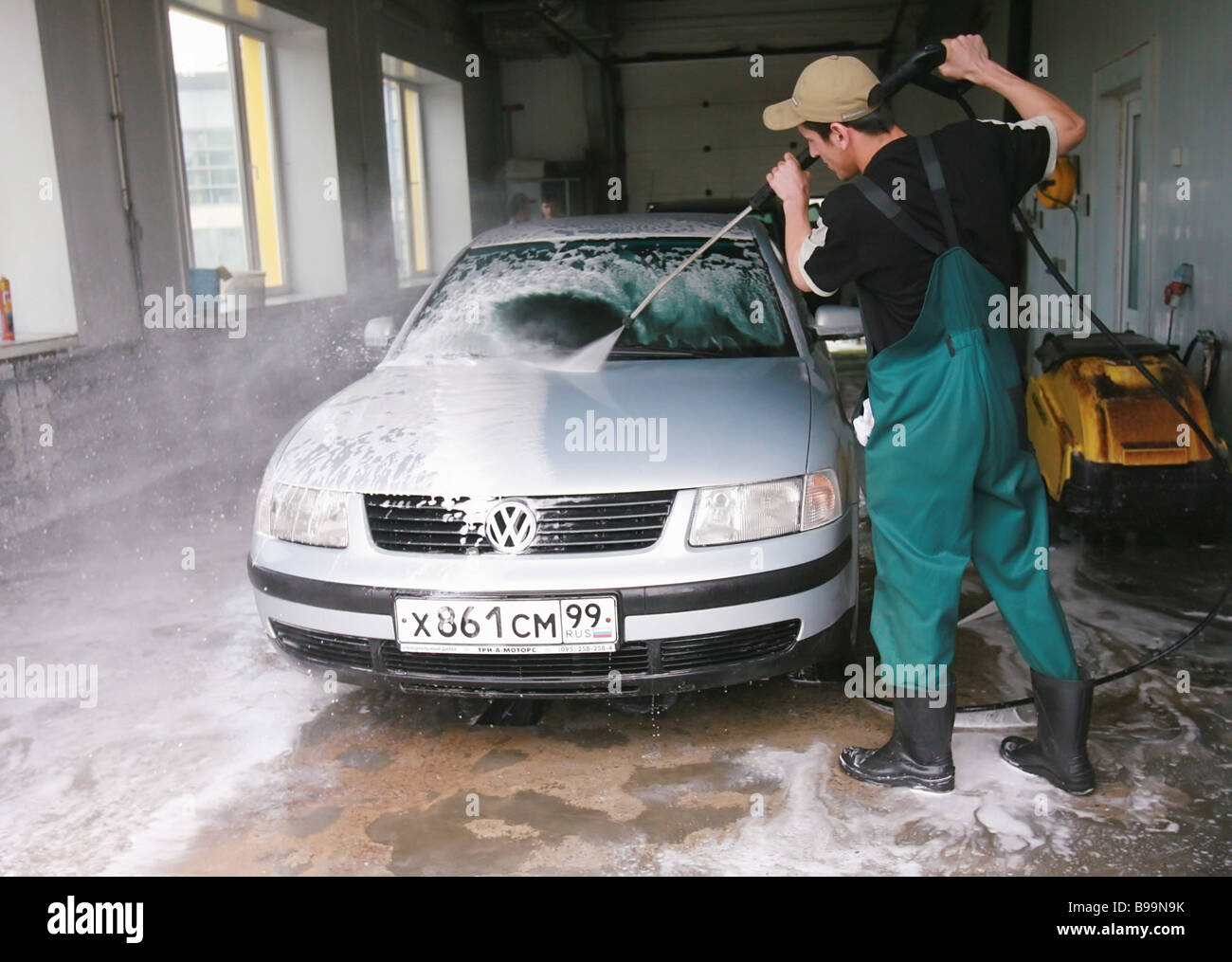 A carwash in Leningradsky Highway one of Moscow s key thoroughfares - Stock Image