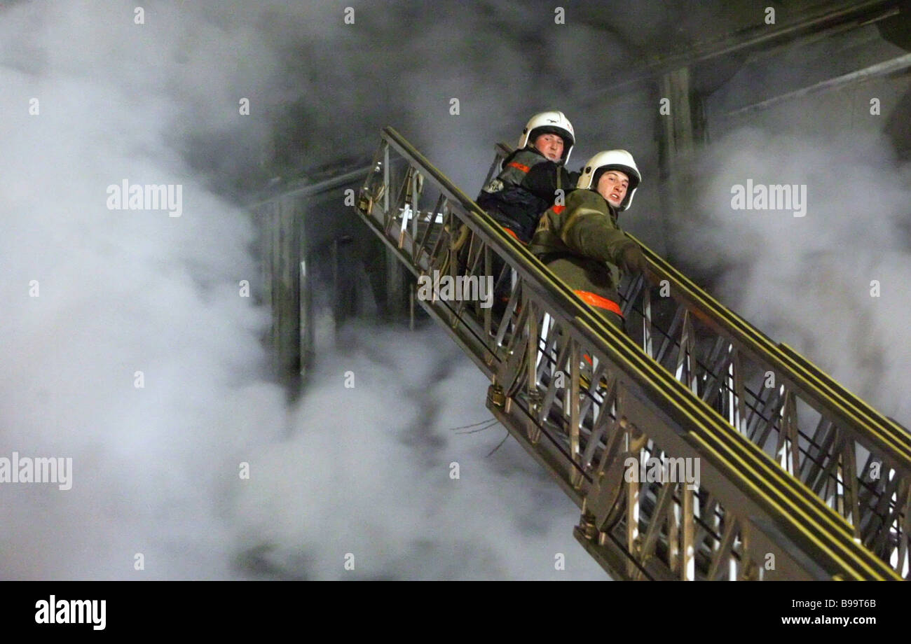 Putting out fire at office building on Vernadsky Avenue Thirteen people were evacuated and no one was hurt - Stock Image