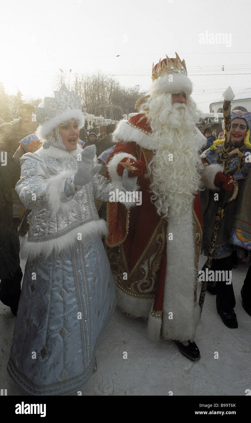 Father Frost and Snow Maiden greeting little dwellers of the Kostroma region - Stock Image