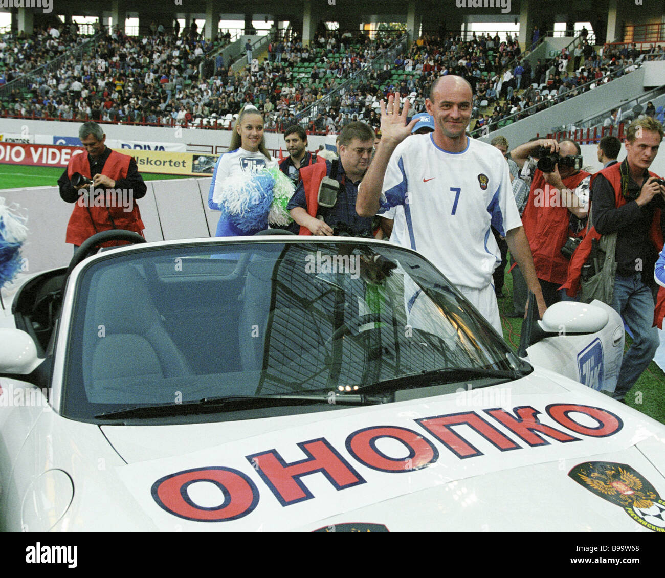 Sponsors of the Russian national football team presented the team captain Viktor Onopko with a car for 100 matches - Stock Image