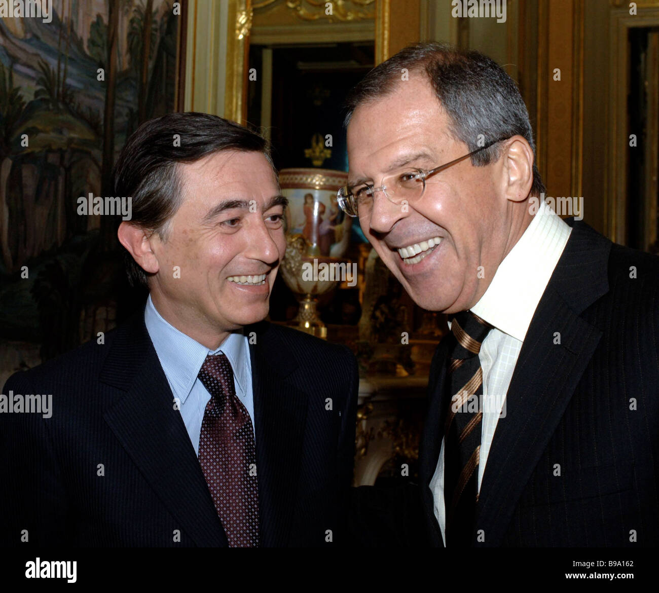 From right to left Russian Foreign Minister Sergey Lavrov and his French counterpart Philip Douste Blazy in talks - Stock Image