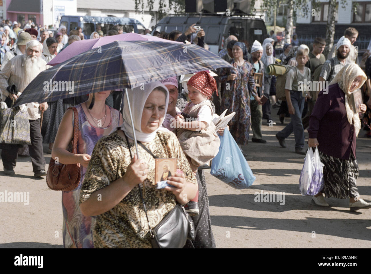 Pilgrims go to the Diveyevo Convent of St Seraphim to worship his relics - Stock Image