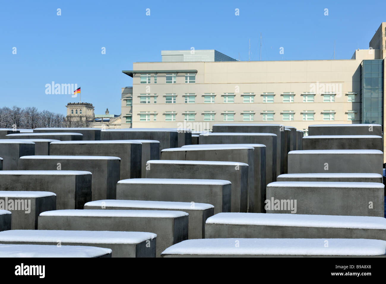 Berlin Holocaust Memorial Beton stelen by architect Peter Eisenmann background new American Embassy and Reichstag - Stock Image