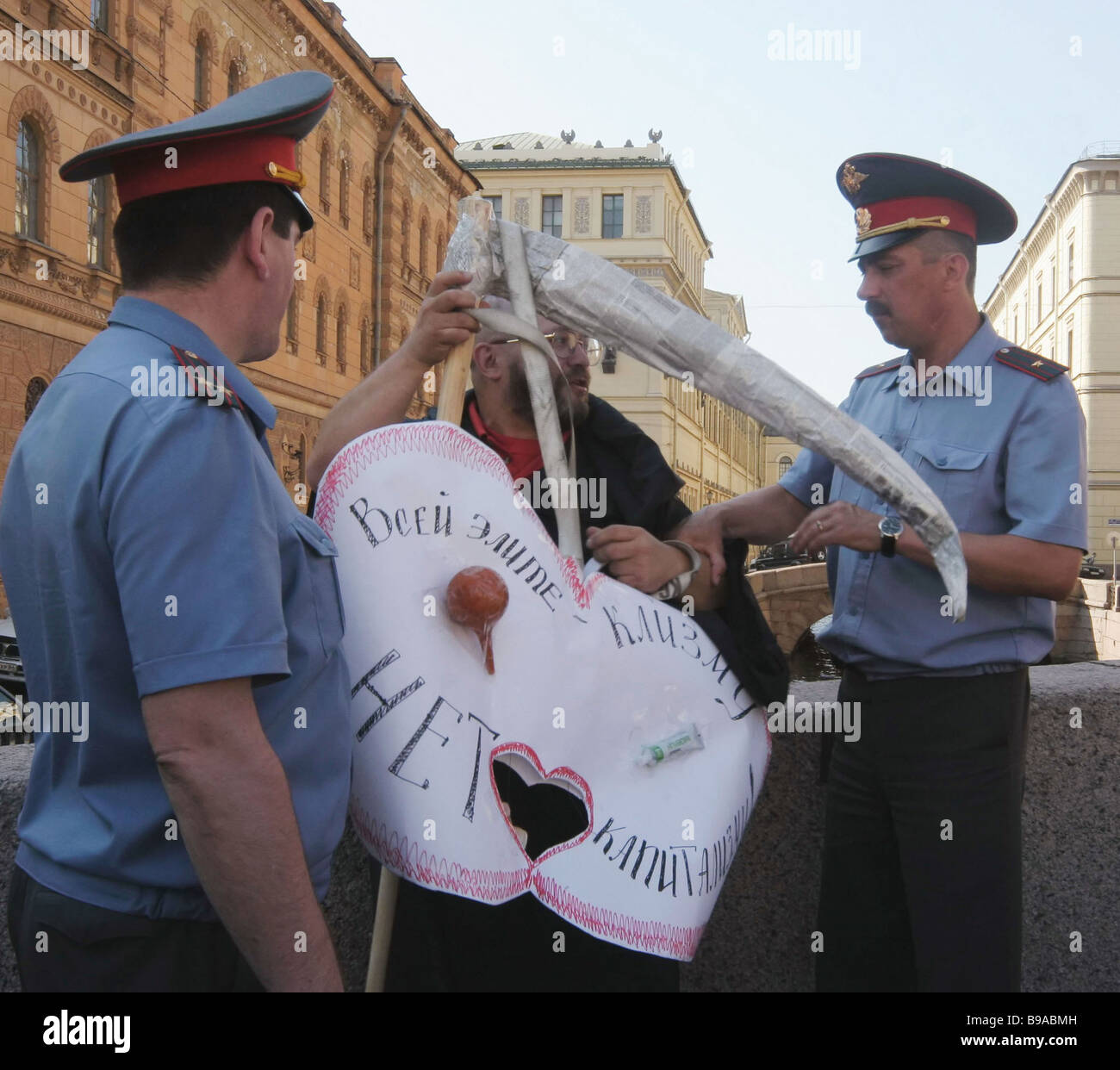 Police remove from the street Mikhail Druzhinsky prominent on the St Petersburg anti globalist movement as he pickets - Stock Image