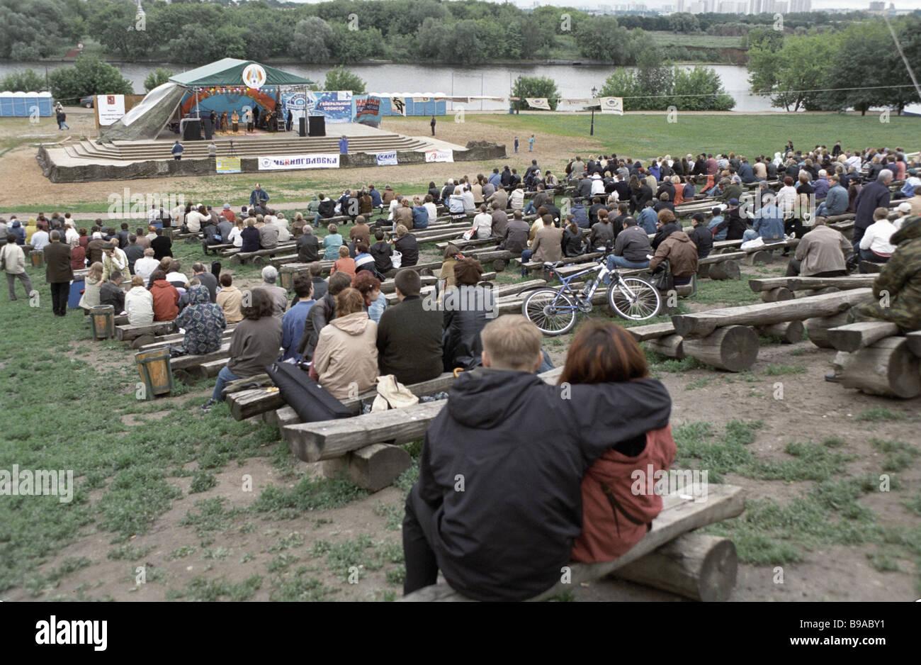 Audience listens to the ensemble from Suma Open art song festival in Kolomenskoye - Stock Image