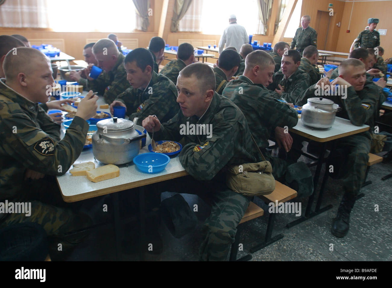 The personnel of the 46th Brigade of the Russian Internal Troops having lunch - Stock Image