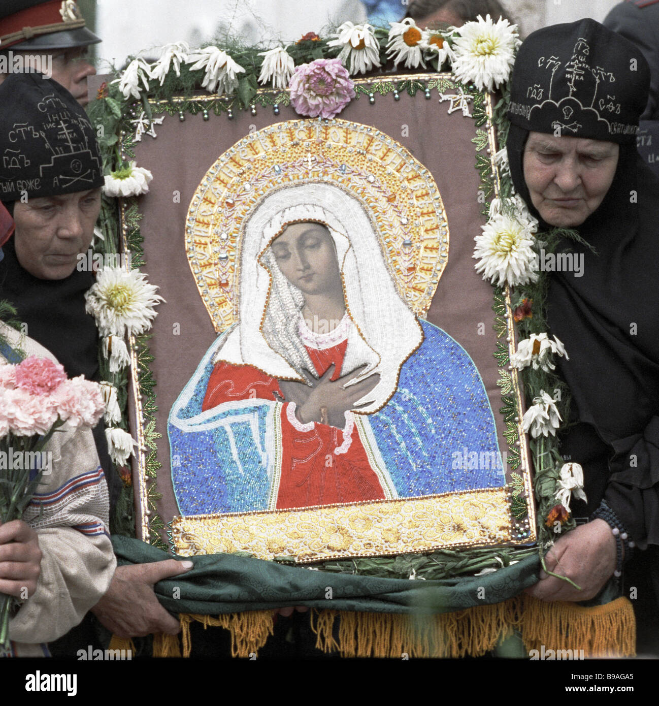 Hermit nuns with an icon as a procession carries the relics of St Seraphim of Sarov to the Trinity Cathedral Diveyevo - Stock Image