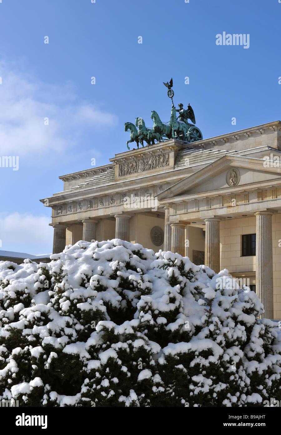Berlin Paris square brandenburg gate quadriga with snow - Stock Image