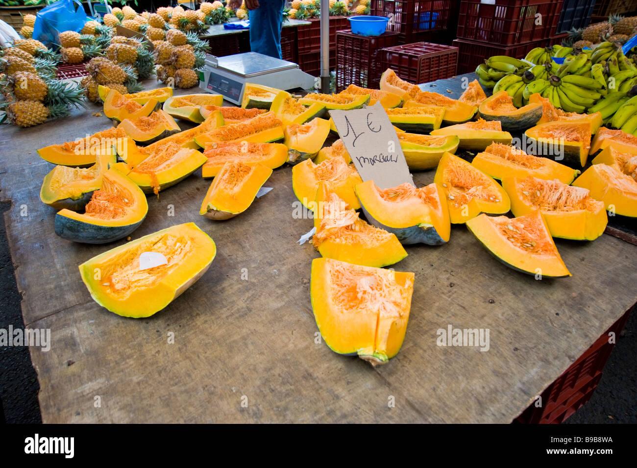 Tropical fruit market La Réunion France | Tropische Früchte auf einem MArkt in La Réunion - Stock Image