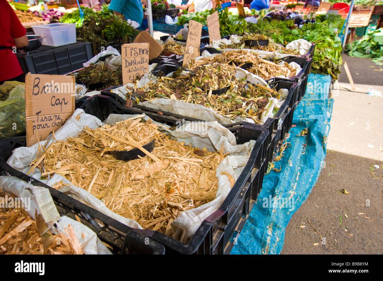 Tropical herbs and fruit on a market at Saint Denis, La Réunion, France | Tropische Heilpflanzen auf einem - Stock Image