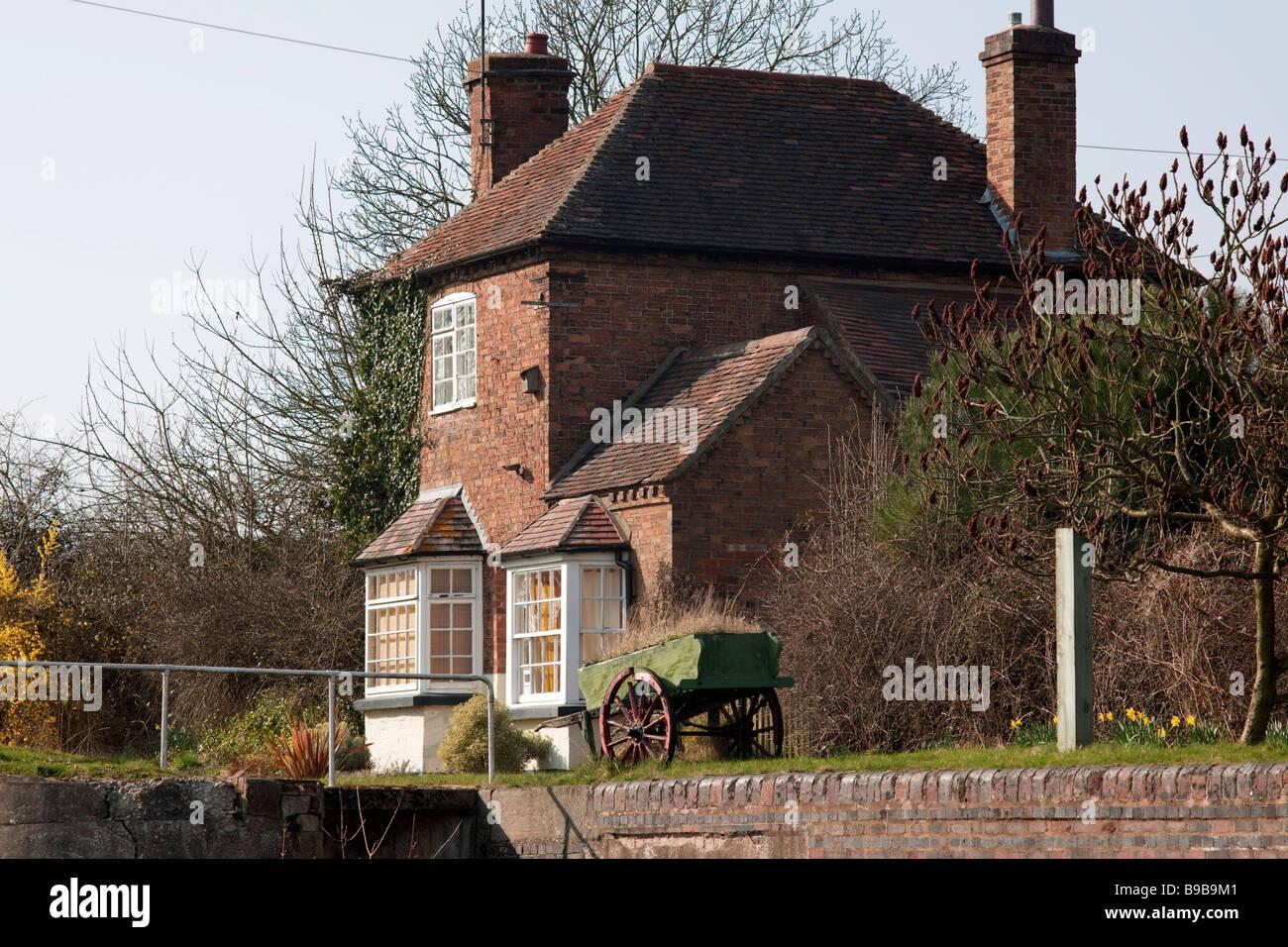 grand union canal hatton flight of locks warwickshire midlands england uk lock keepers cottage - Stock Image