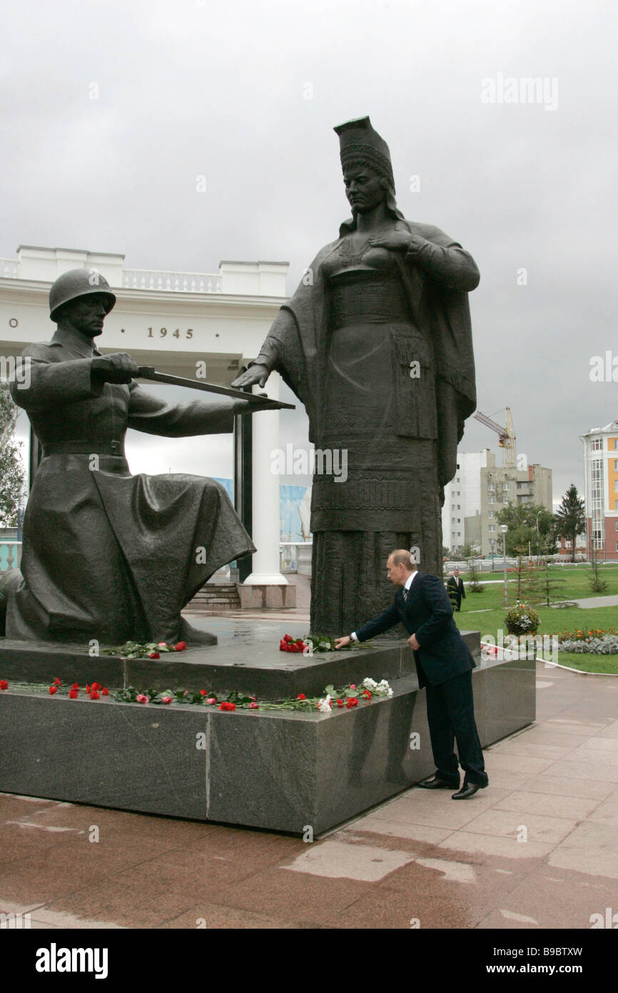 Russian President Vladimir Putin lays flowers on the WWII monument in Saransk - Stock Image