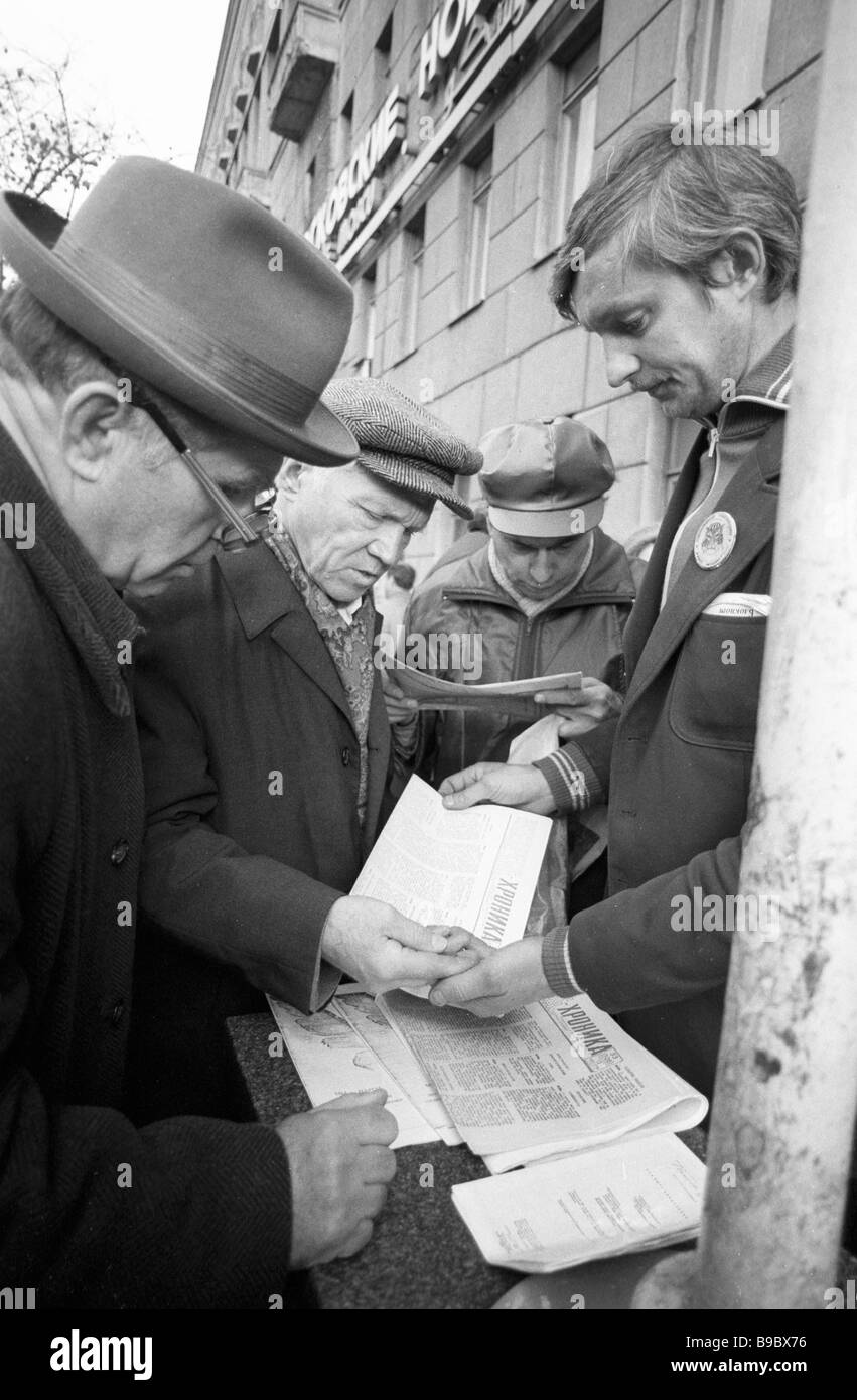 Muscovites buy up the Samizdat self published and self distributed press - Stock Image