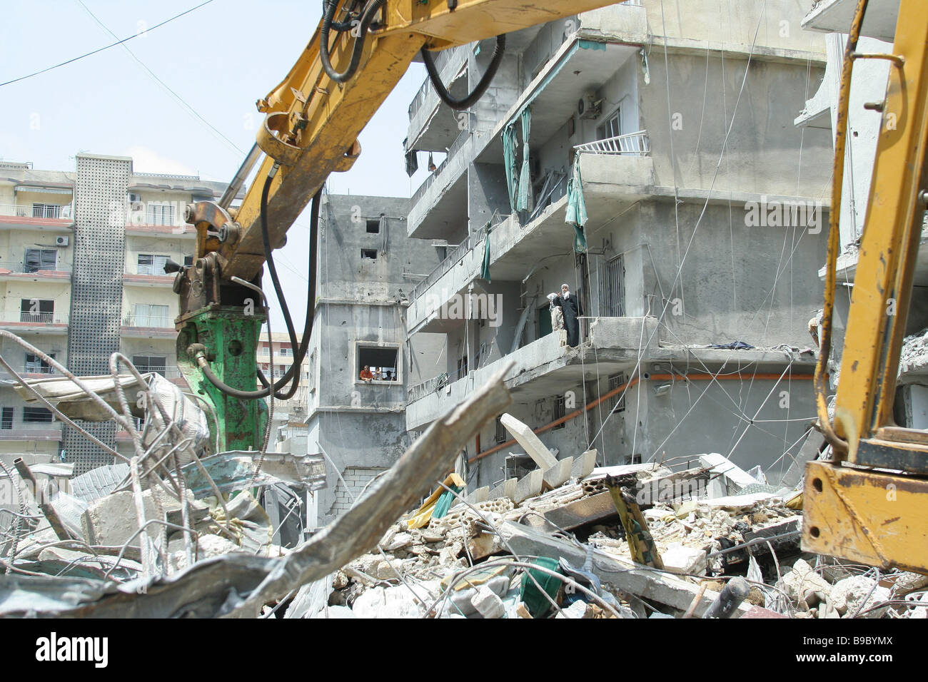 Clearing debris in Tyre near the house of the Hezbollah leader in charge of Southern Lebanon - Stock Image