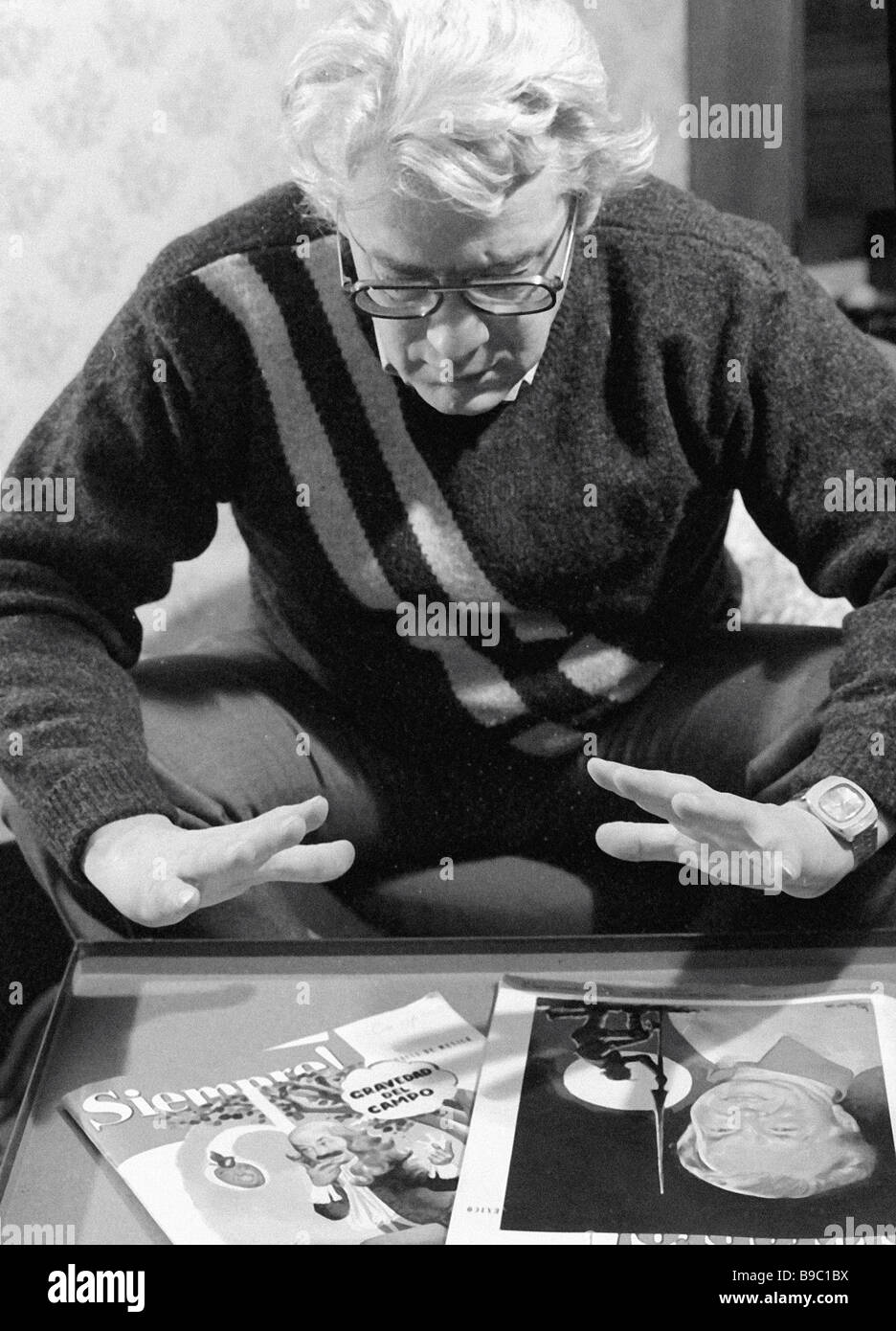 Psychic healer Alan Chumak charging an issue of the Mexican magazine Siempre - Stock Image