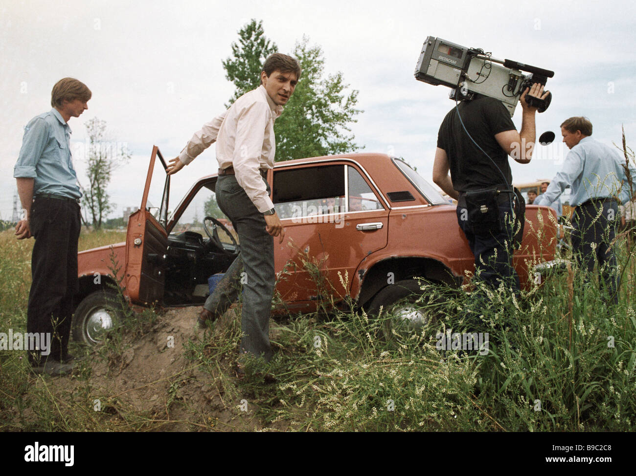 Alexander Nevzorov host of 600 Seconds news show center and TV camera crew arrive at scene of accident - Stock Image