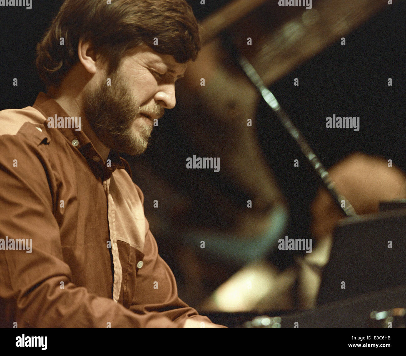 Member of the Vollu Veske band Sven Kullerkupp playing piano - Stock Image