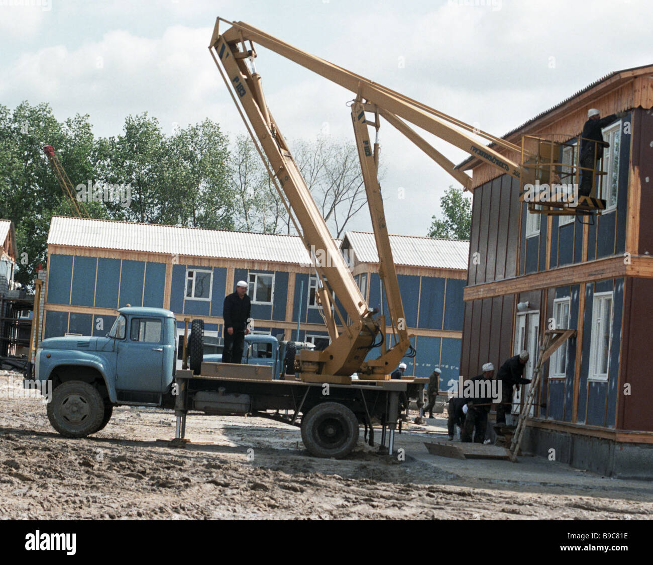 Workers building a camp for visiting teams at Zeleny Mys after the Chernobyl disaster - Stock Image