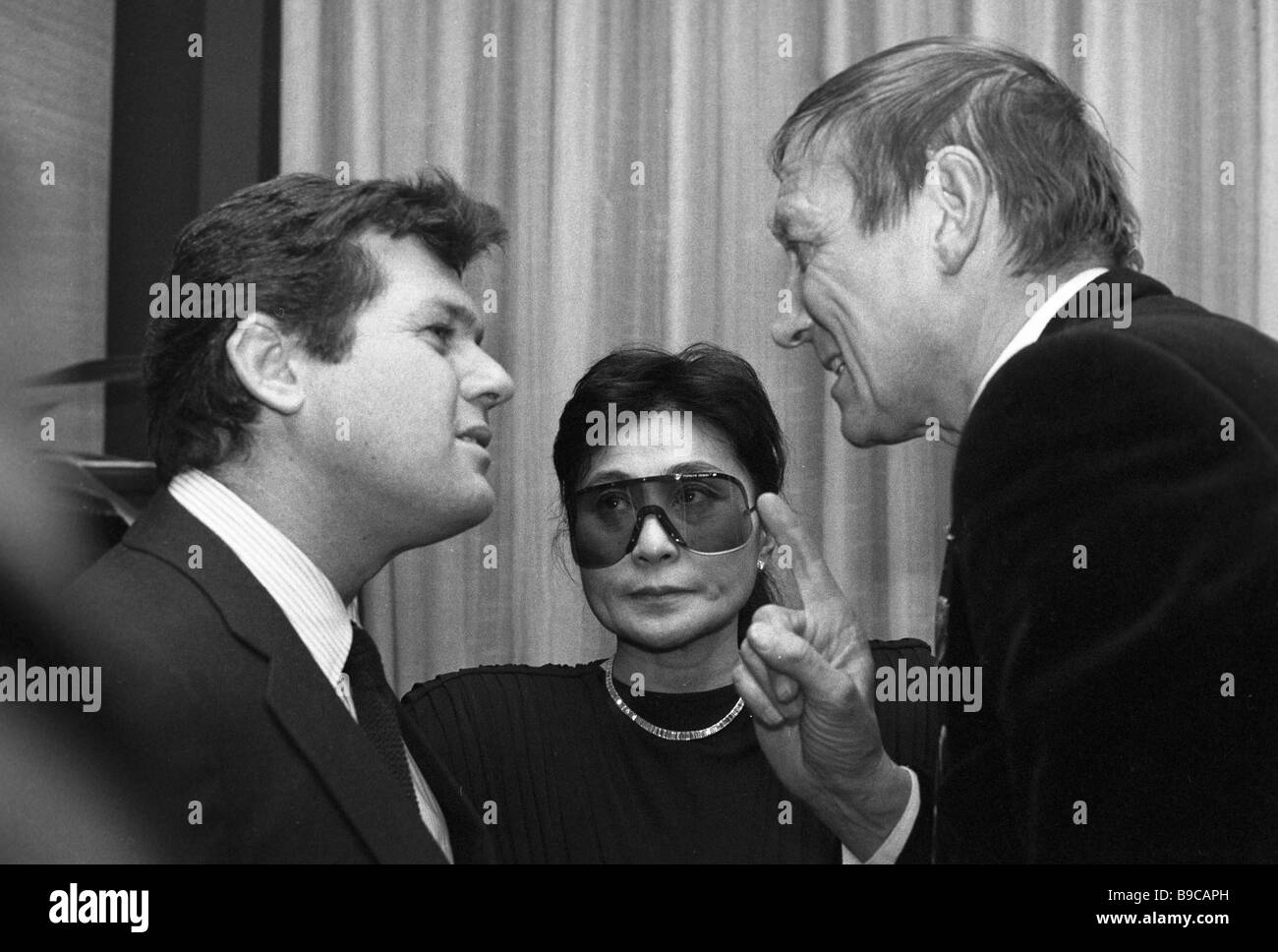 Celebrities friendly talk at the international Forum for Nuclear Free World and Human Survival Left to right Jann - Stock Image
