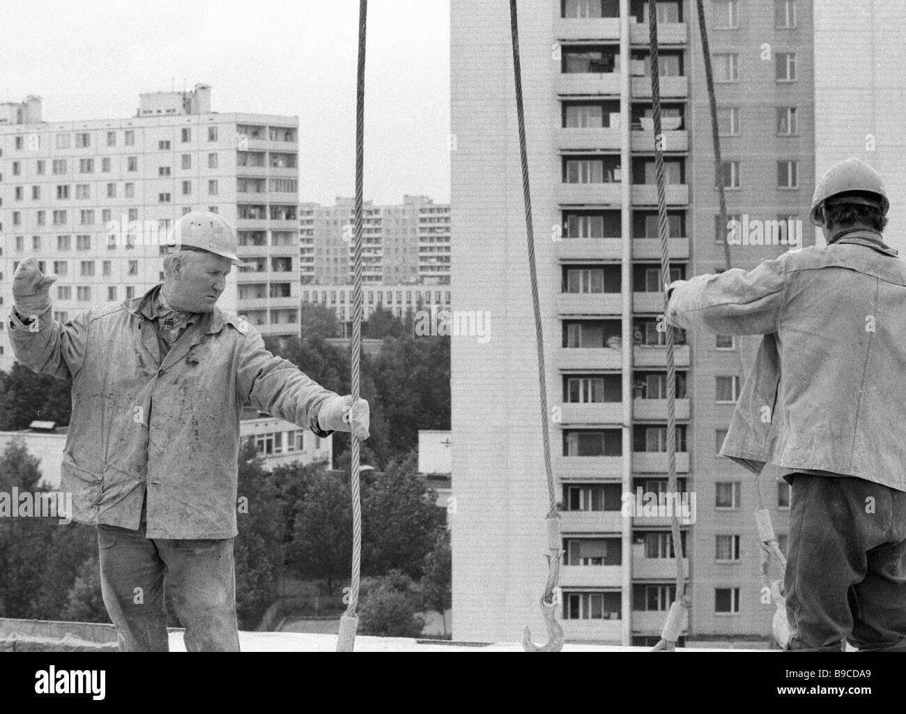Workers building a 17 storey apartment bloc in Orekhovo Borisovo - Stock Image