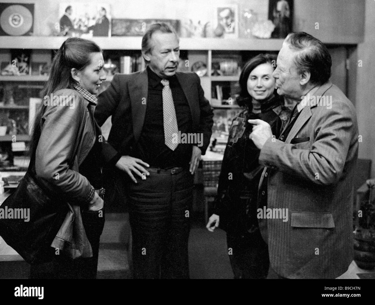 Oleg Yefremov second from left chief director of the Gorky Moscow Art Academic Theater talking to American actors - Stock Image