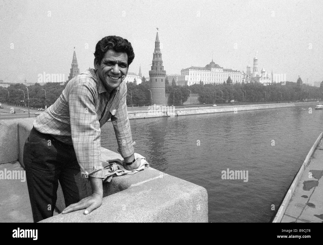 Indian film actor Om Puri standing on the Moskva River embankment - Stock Image