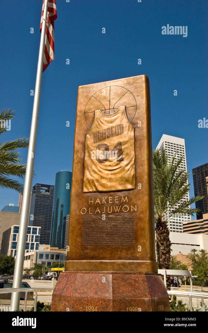 Hakeem Olajuwon Houston Texas astros NBA basketball player bronze monument with No. 34 jersey city landmark at Toyota - Stock Image