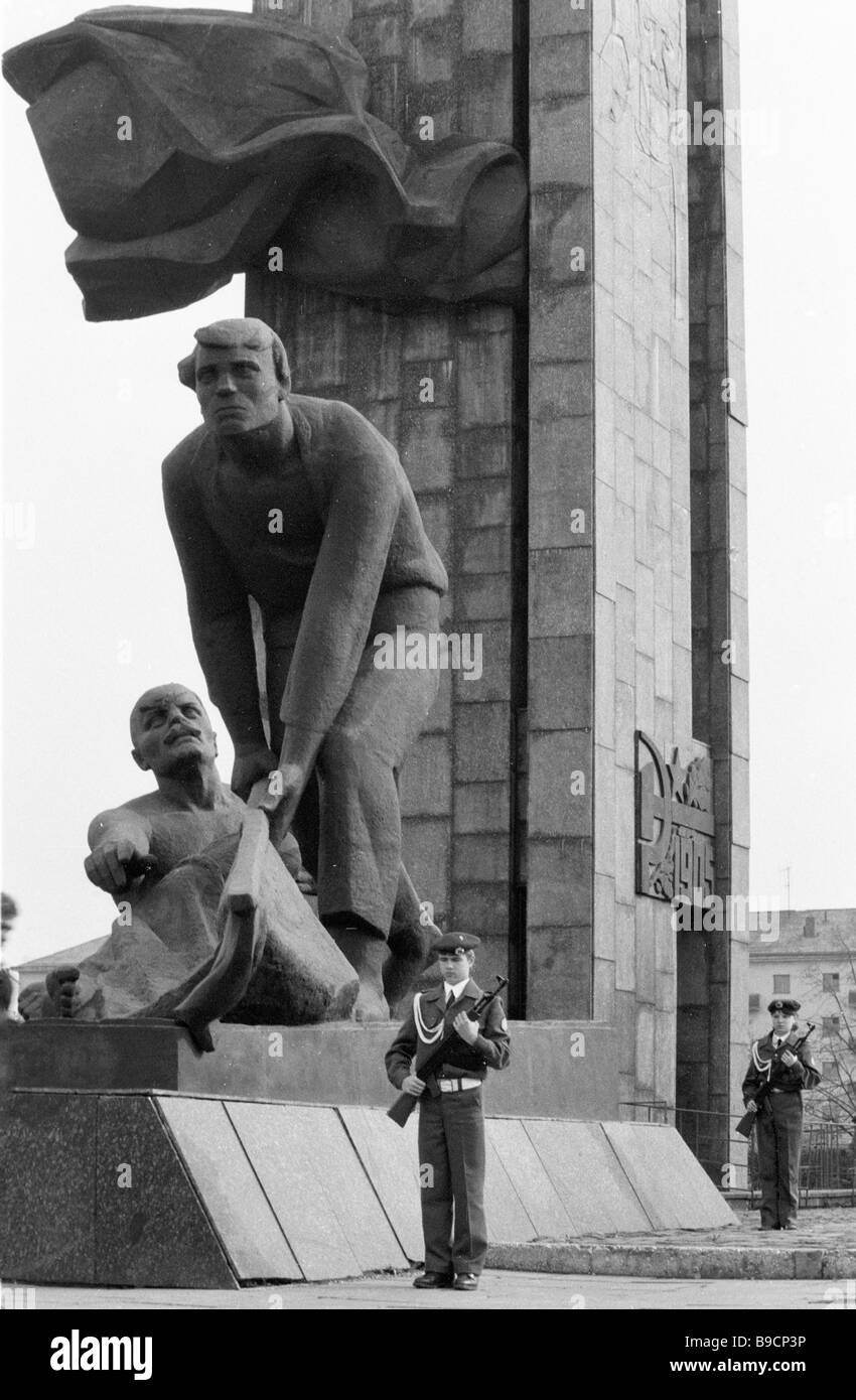 Soldiers keeping vigil at the monument to revolution champions in Ivanovo - Stock Image