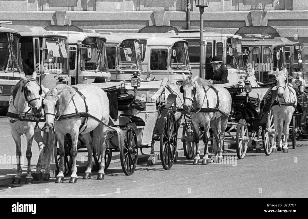 Buses and horse driven carriages on Vienna streets - Stock Image