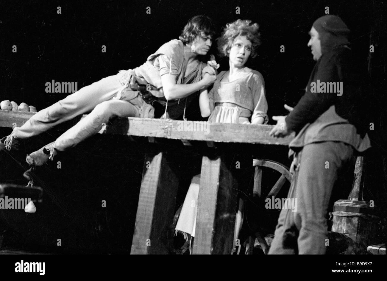 Nikolai Karachentsov and Inna Churikova actors of the Leninsky Komsomol theater as Til and Nele respectively in - Stock Image